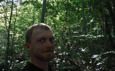 Harry steht im Wald